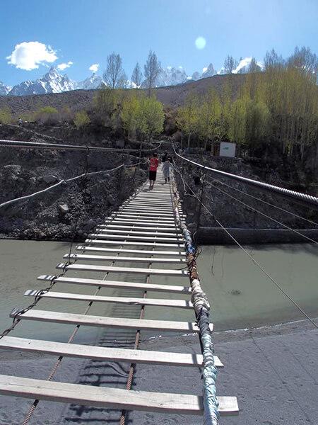 高さ60mの恐怖!ハーネスが役に立にたたず、「11歳少女」吊橋から落下で重症