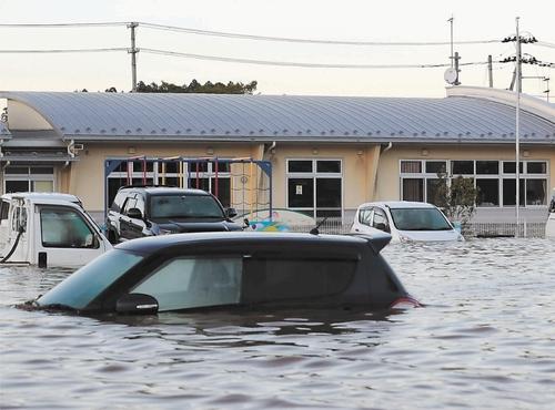 車が冠水して車内に閉じ込められた時の脱出方法教えて